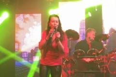 Mela singt und Franki am Schlagzeug